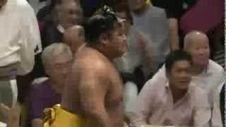 平成25年秋場所二日目結びの一番 懸賞金を受け取る際に堪えきれず男泣...