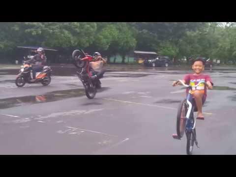 Freestyle keren Cripton vs onthel slow wheely, stuntrider x IFC SOLO Ervan Yulianto