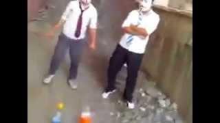 Kova Vurmaya Çalışan Liseliler