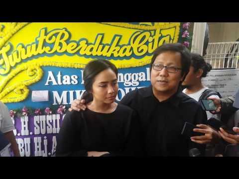 Erwin Gutawa dan Gita Gutawa melayat kerumah duka Mike Mohede