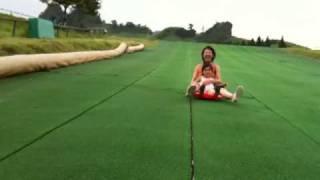 熊本 月廻り公園 草ソリではしゃぐお嫁さん