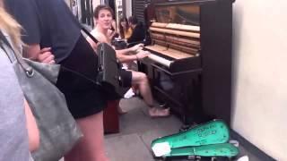 Прикол! Пианист жгет на улице
