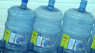 На бутылки с водой клеят этикетки с информацией от зауральских приставов