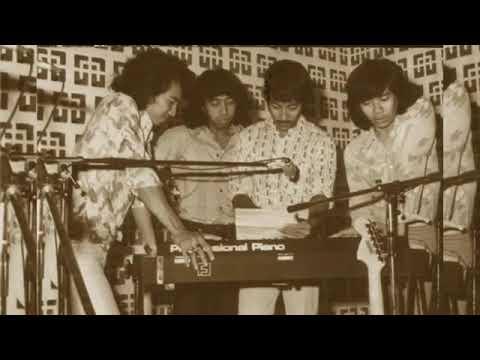""" Sepasang Remaja Jatuh Cinta "" By Koes Plus (MHI)"