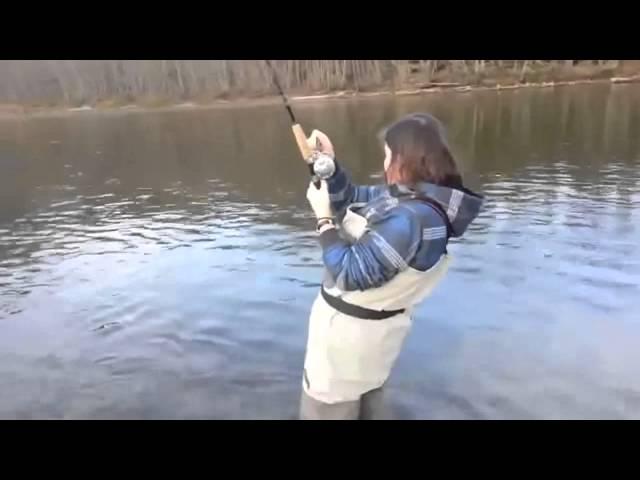 ловить рыбу в чистой воде удочкой женщине