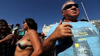 Arjantinliler 'kadınların üstsüz güneşlenme hakkı' için protesto gösterisi düzenledi