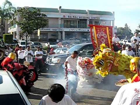 Múa Lân với Ông Địa và Pháo ở Little Saigon, Lễ Hội Tết 2011