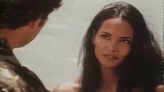 # Laura Gemser scena romantica in sabbia con militare