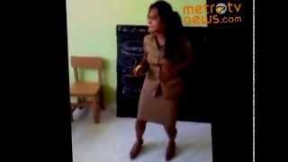 (VIDEO LUCU) Ibu Guru SD Di Sumba Timur Goyang Dugem Di Kelas Ngakak Banget