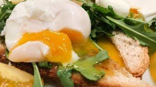 Яйца пашот на хрустящих гренках - вкусный завтрак на день святого Валентина