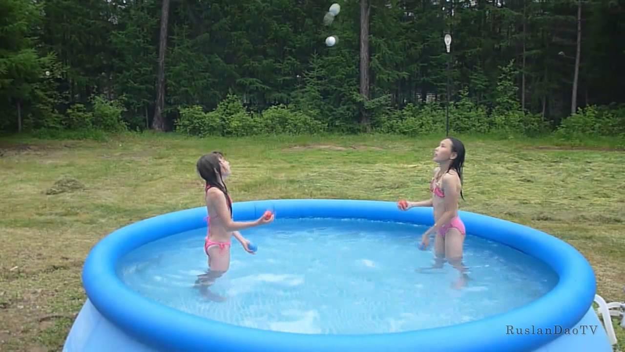 Девочка в бассейне голенькая фото 30-470