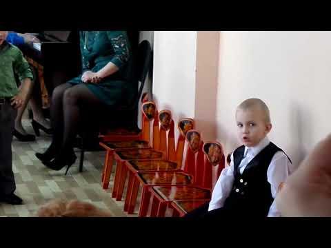 Саша поет  песню про маму