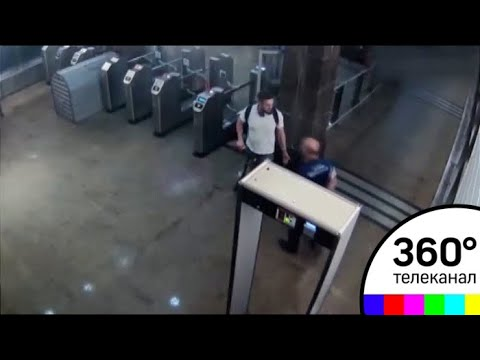 Полицейского в метро ударили за замечание о самокате