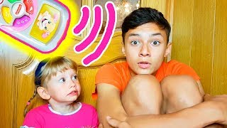 Alena y Pasha juegan con control remoto mágico