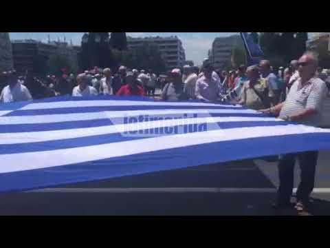 Με μια τεράστια σημαία οι απόστρατοι έξω από τη Βουλή- Για την Μακεδονία