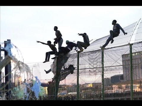 800 inmigrantes intentan entrar en Melilla en un nuevo salto a la valla