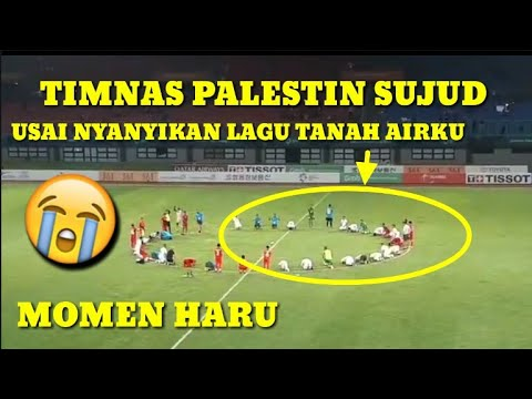 Image of SEDIH !! TIMNAS PALESTINA SUJUD BERSAMA USAI NYANYIKAN LAGU TANAH AIRKU BERSAMA SUPORTER INDONESIA