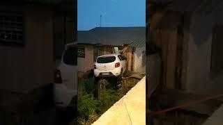 Motorista, com a CNH suspensa, colide em casa no Centro