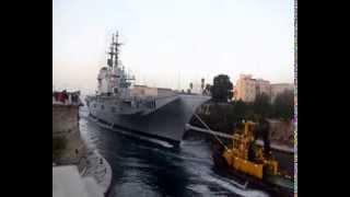 Passaggio della nave  Garibaldi  e del sommergibile dal canale navigabile di Taranto
