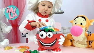Милусик играет в повара с веселыми игрушками