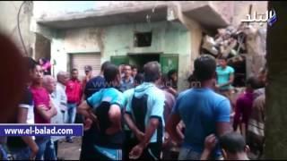 بالفيديو.. مشادات بين جيران عقار أبو قير المنهار والعاملين بالحى بسبب الرشاوى