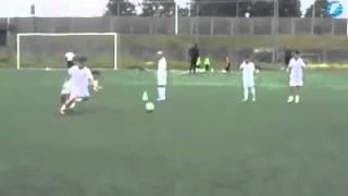 Мальчик играет футбол как Messi