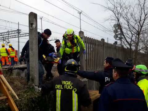 Video: treno deragliato a Milano, Segrate, i soccorsi dopo l'incidente ferroviario di questa mattina