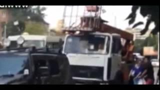 Пострадавшую в ДТП в Москве вытаскивают из-под Хаммера