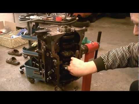 Motorüberholung: Lagerböcke Pleuel montieren VW Passat B1 32 1976