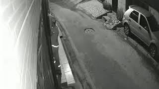 Câmera flagra falso gari roubando residência em Belém
