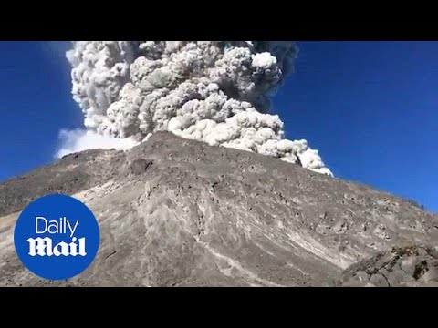 Moment climbers flee their camp after Indonesian volcano erupts - Daily Mail
