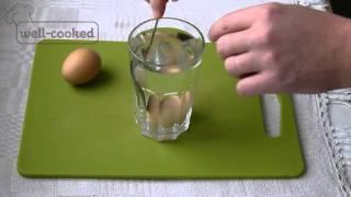 #024 Как проверить яйца на свежесть на воде - секреты от well-cooked(Предлагаем простой и эффективный способ проверки куриного яйца на свежесть. Для этого Вам понадобится..., 2016-05-26T09:44:56.000Z)