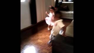 Julia dançando Loka - Simone e Simaria feat Anita