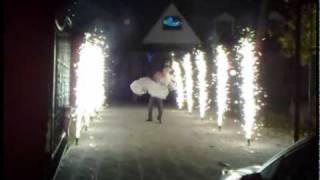 Жених несет на руках невесту, через аллею пиротехнических фонтанов!