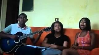 Família cantando Para nossa alegria ( Não faça isso em casa)