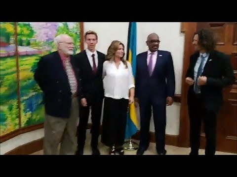 Shania Twain meeting Perry Christie the Prime Minister of the Bahamas - Dec 6, 2017