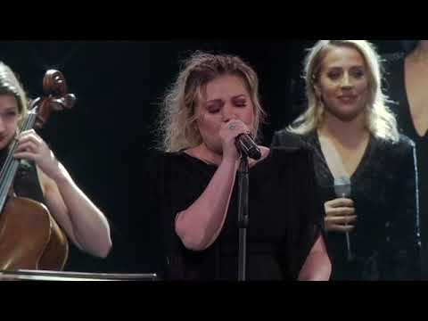 Kelly Clarkson - Cardi B, Post Malone & Lauryn Hill Mash-Up [Live in Uniondale, NY]