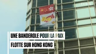 """A Hong Kong, le """"Spiderman"""" français déploie une banderole pour la paix sur une tour"""