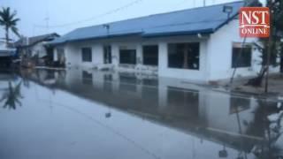 High tide phenomenon: Bunds in Selangor break, neighbourhoods flooded