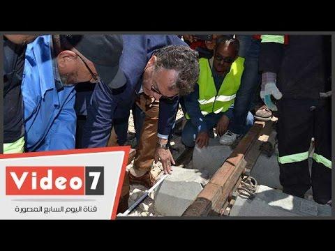 بالفيديو .. وزير النقل يعلم العمال قياسات القضبان ويغادر السويس  - 17:23-2017 / 4 / 25