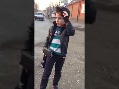 Чеченский мальчик танцует лезгинку.
