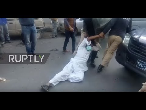 Pakistan: Police tear gas protesting teachers in Karachi