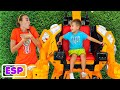 - Vlad y Niki pretenden jugar con coches de juguete