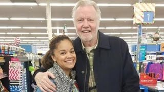 Repeat youtube video Jon Voight Buys Thanksgiving Turkeys for Non-Profit While Shopping In Walmart