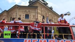 Российские хоккеисты провезли кубок мира по центру Москвы