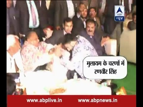 Bollywood star Ranveer Singh touches Mulayam Singh Yadav's feet at Safai Mahotsav
