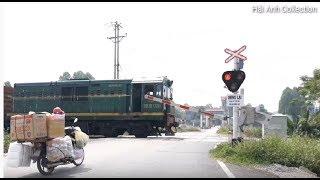 [Tàu hỏa] xe lửa D10H 020 kéo 25 toa xe qua đường ngang ❤  Train crossing in Viet Nam