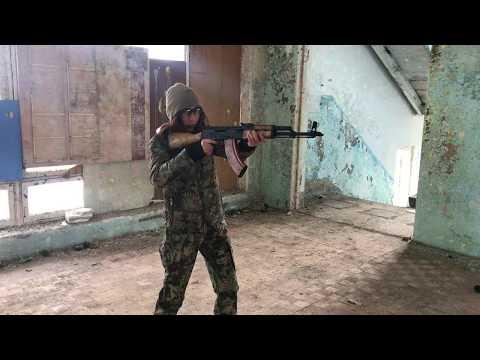 Девушка стреляет из автомата АК47 | Girl Shooting AK47