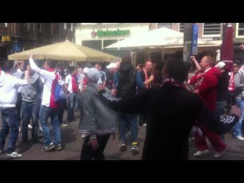 Ajax supporters voorafgaand aan de wedstrijd op het Rembrandt