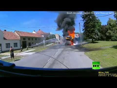 شاهد.. لحظة انفجار إطارات رافعة مشتعلة في التشيك  - نشر قبل 3 ساعة